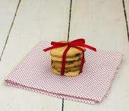 曲奇饼用巧克力和猩红色磁带 库存照片