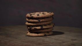 曲奇饼用巧克力捏碎,自转360度 股票视频