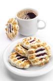 曲奇饼用果酱和结冰和咖啡 免版税库存照片
