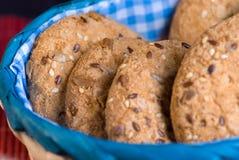 曲奇饼用芝麻和向日葵种子在桌上 吃健康 库存照片