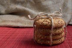 曲奇饼用芝麻和向日葵种子在桌上 吃健康 免版税库存图片