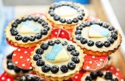 曲奇饼用莓果和心脏与乌克兰旗子 免版税库存图片