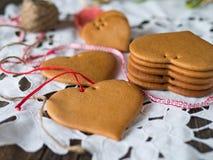 曲奇饼由蜂蜜面团制成 免版税库存照片