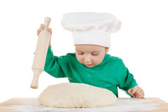 曲奇饼的小的小男孩揉的面团,隔绝在白色 免版税库存照片
