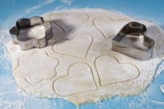 曲奇饼的脆饼面团和剪切的一份表单 库存图片