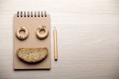 曲奇饼笔记薄铅笔木桌没人 免版税库存照片