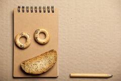 曲奇饼笔记薄铅笔纸背景没人 库存图片