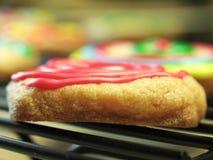曲奇饼结霜的红色 库存照片
