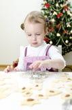 曲奇饼逗人喜爱的女孩做的一点 免版税库存图片