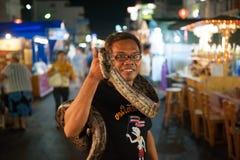 曲折前进展示在夜市场上在华欣 免版税库存照片