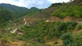 曲折前进山的漫长的路 免版税库存照片