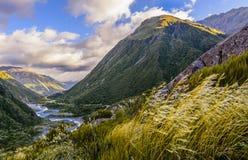 曲折前进通过山的河 库存照片
