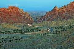 曲折前进通过被察觉的狼峡谷的红绿灯 免版税库存照片