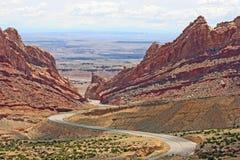 曲折前进通过被察觉的狼峡谷的Hwy I-70 图库摄影
