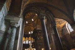 曲拱低角度视图在有启发性suleymaniye清真寺 免版税库存照片