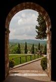 曲拱俯视托斯卡纳的小山修道院 免版税库存照片