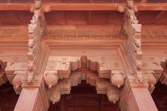 曲拱入口,华丽地装饰用雕刻。红堡,阿格拉,印度。 库存照片