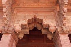 曲拱入口,华丽地装饰用雕刻。红堡,阿格拉,印度 免版税库存图片