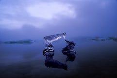 曲拱冰山冰冷的前痕迹 库存图片