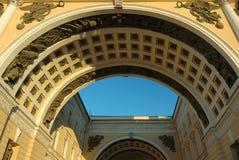 曲拱区宫殿peterburg st 免版税库存图片