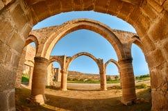 曲拱和专栏在贴水Sozomenos寺庙 免版税图库摄影