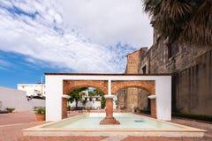 曲拱和喷泉,圣多明哥,多米尼加共和国的看法 复制文本的空间 库存图片