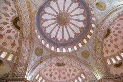 曲拱和天花板低角度视图与马赛克在suleymaniye清真寺在伊斯坦布尔,土耳其 库存照片