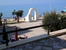 曲拱和海视图在意大利 库存照片