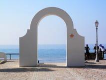 曲拱和海视图在意大利 免版税库存图片