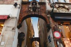 曲拱和狭窄的街道低角度视图有老房子的 免版税库存图片