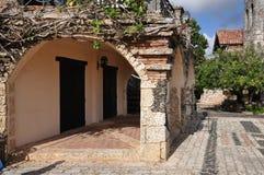 曲拱和老砖西班牙人样式的入口 免版税库存照片