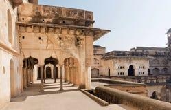 曲拱和走廊在17世纪古老结构,印度里面 库存照片