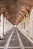 曲拱和通道在帕拉西奥真正的阿雷胡埃斯,西班牙 免版税图库摄影