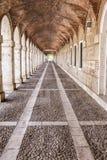 曲拱和通道在帕拉西奥真正的阿雷胡埃斯,西班牙 库存照片
