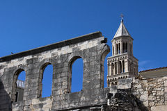 曲拱和钟楼在蓝天 库存照片