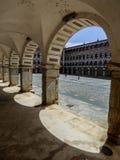 曲拱和阴影在广场亚尔他在巴达霍斯 免版税图库摄影