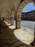 曲拱和阴影在广场亚尔他在巴达霍斯 库存图片