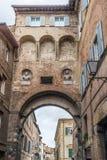 曲拱在锡耶纳,意大利 免版税库存照片