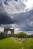 曲拱城堡废墟 免版税图库摄影