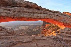 曲拱大型装配架通过峡谷mesa 图库摄影