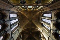 曲拱大教堂内部透视图 免版税库存照片