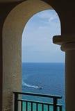 曲拱小船海洋 免版税图库摄影