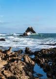 曲拱岩石一点光环海滩新港海滨加利福尼亚 免版税库存图片