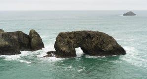 曲拱岩石太平洋俄勒冈海岸美国 免版税库存图片