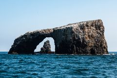 曲拱岩石自然桥梁和火山岩形成在背景中在Anacapa海岛 库存照片