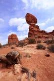 曲拱平衡了国家公园岩石 库存照片