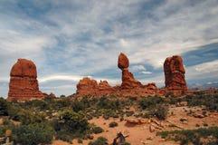 曲拱平衡了国家公园岩石 免版税库存图片