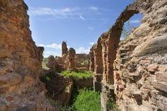 曲拱废墟在古老堡垒 免版税库存照片