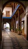 曲拱庭院入口墨西哥 免版税库存照片