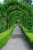 曲拱庭院路径 免版税库存图片